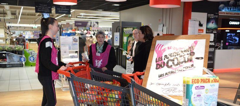Des bénévoles des Restos du coeur dans un supermarché (Illustration).