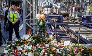 Des fleurs et des bougies déposées en hommage au garçon de 8 ans, décédé lundi,  après avoir été poussé par un train en marche, à la gare principale de Francfort.