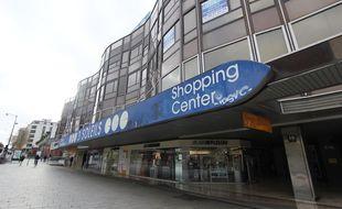 La façade défraîchie du centre commercial des 3 Soleils à Rennes, souffre du poids des années.