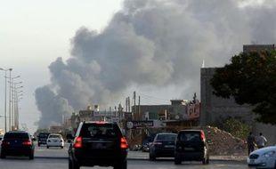 Nuage de fumée lors de combats entre milices près de l'aéroport de Tripoli,le 24 juillet 2014