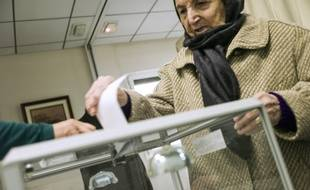 Une Algérienne vote pour l'élection présidentielle dans le consulat d'Algérie à Paris le 12 avril 2014.