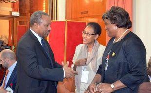 Le ministre de l'Intérieur au Niger Hassoumi Massaoudou (g), l'ambassadeur des Etats-Unis au Niger, Eunice Reddick (c), et la sous-secrétaire d'Etat américaine pour l'Afrique, Linda Thomas-Greenfield (d), le 20 janvier 2015 à Niamey