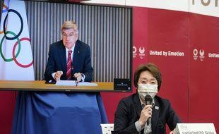 Thomas Bach, le président du CIO, écoute en visio-conférence la présidente du comité d'organisation des Jeux de Tokyo Seiko Hashimoto, le 28 avril 2021.