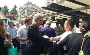 Henri Guaino, sur un marché parisien.