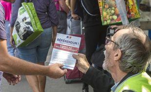 Lors d'un événement pour motiver la population à signer la pétition référendaire. (archives)