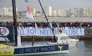 Thomas Ruyant et le bateau du Souffle du Nord lors du départ du Vendée Globe 2016