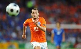L'Italie, championne du monde en titre, a été largement battue par les Pays-Bas (3-0) dès son entrée dans l'Euro-2008 lundi à Berne, alors que la France a été accrochée par la Roumanie (0-0) à Zurich.