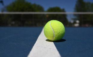 Une balle sur un court de tennis. Illustration.