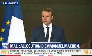 Emmanuel Macron face aux soldats au Mali, le 19 mai 2017.