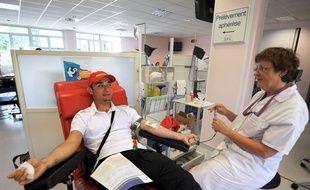 Un salarié d'un constructeur de camions de pompiers en train de donner son son à l'Etablissement français du sang (EFS).