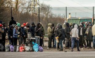 Pour se protéger du froid, les migrants de Calais peuvent, ce dimanche 4 février 2017, aller s'abriter dans des conteneurs et hangars ouverts pour l'occasion.