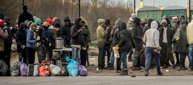 Un groupe de migrants à Calais, le 4 février 2017.