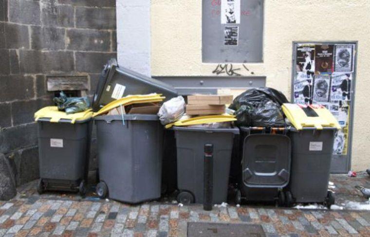 Des poubelles dans une rue.
