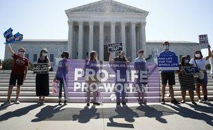 Des militants anti-avortement devant la Cour Suprême