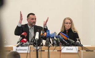Lutz Bachmann (g) et Kathrin Oertel, membres du mouvement allemand anti-islam Pegida, donnent une conférence de presse le 19 janvier 2015 à Dresden