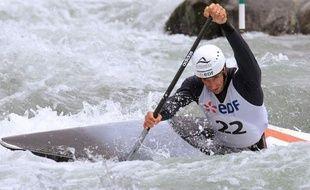 Tony Estanguet peut bel et bien rêver d'un troisième titre olympique en canoë à Londres, après avoir survécu vendredi à Pau à l'écueil des sélections nationales de slalom, contrairement à Fabien Lefèvre et Denis Gargaud, qui ont perdu gros dans leur défi de doubler les catégories