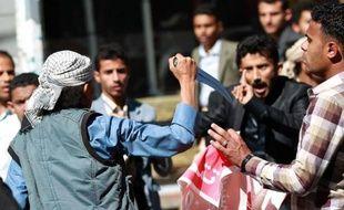 Un milicien chiite menace des manifestants le 24 janvier 2015à Sanaa