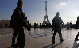Un policier patrouille au Trocadéro, en face de la tour Eiffel.
