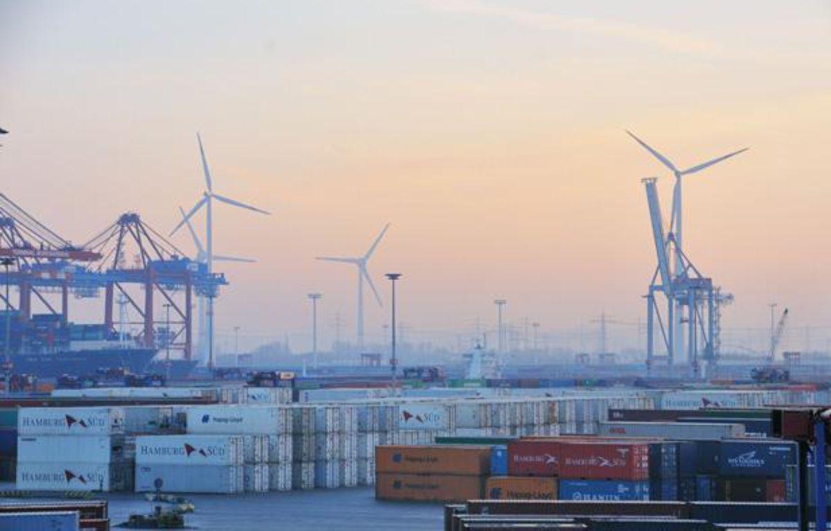 Les éoliennes gagnent du terrain sur les docks de l'immense de port de Hambourg, en Allemagne. – Ville de Hambourg