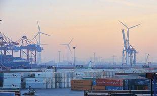 Les éoliennes gagnent du terrain sur les docks de l'immense de port de Hambourg, en Allemagne.