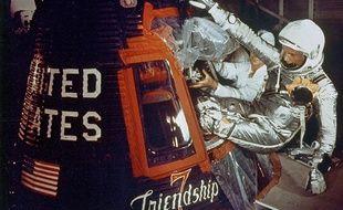 Johnn Glenn embarque dans la capsule «Friendship 7» qui l'emportera vers l'espace, le 20 février 1962.
