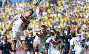 Philipp Lahm prend un ballon de la tête face à la France, le 4 juin 2014