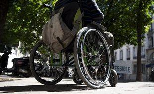 Un homme sur un fauteuil roulant (image d'illustration).