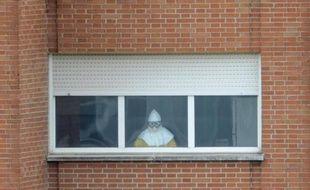 Un membre du personnel médical de l'hôpital Carlos III de Madrid, où sont hospitalisés des cas suspects d'Ebola, portant une tenue de protection le 12 octobre 2014