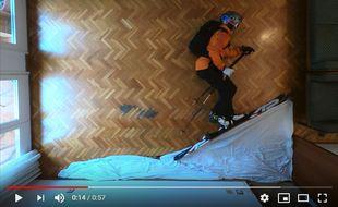 Pendant son confinement en Espagne, le skieur Philipp Klein Herrero a grimpé puis dévalé une montagne... de draps !
