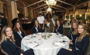 Clemence Botino, MIss France 2020, et Sylvie Tellier, directrice de la société Miss France, dans la cantine avec les candidates à l'élection 2021