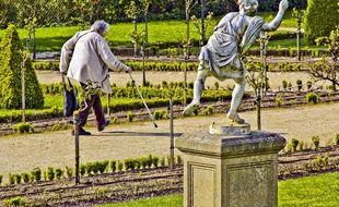 Une retraitée au jardin des Plantes du Mans (Illustration).