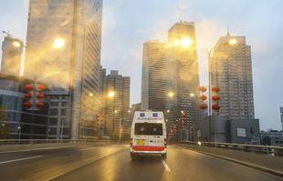 26 janvier 2020, une ambulance roule dans une rue de Wuhan, dans la province du Hubei en Chine centrale.