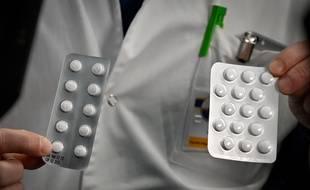 Des soignants de l'Institut de Marseille montrent des plaquettes de chloroquine, efficace, selon eux, pour lutter contre le coronavirus.