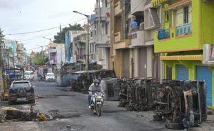 Plusieurs véhicules de police ont été incendiés pendant les émeutes survenues à Bangalore.