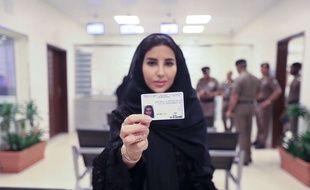 Une Saoudienne montre son nouveau permis de conduire (illustration).