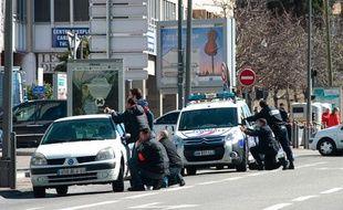 Des policiers lors de la prise d'otages d'un cabinet dentaire, dans le 6e arrondissement de Marseille, le 19 mars 2013