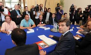 Le ministre du Redressement productif Arnaud Montebourg avec les syndicats de PSA, le 17 juillet 2012 à Bercy.