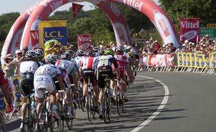 Les coureurs du Tour de France lors de la première étape entre Le Herbiers et le Mont des Alouettes, le 2 juillet 2011.
