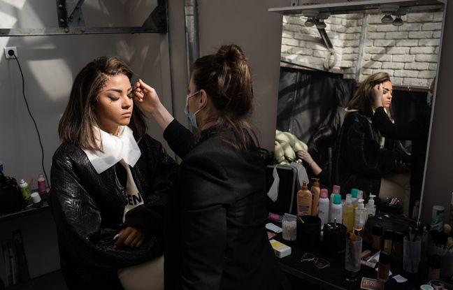 La chanteuse lors de sa séance maquillage.