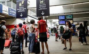 Des voyageurs prenant conseils auprès de l'assistance de la SNCF, en gare Montparnasse, le 30 juillet.