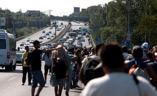 Des migrants partis de la gare de Budapest empruntent à pied une autoroute en direction de l'Autriche, le 4 septembre 2015