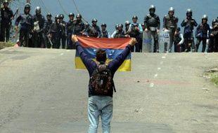 Des opposants face à la police pendant une manifestation à San Cristobal le 11 mai 2016