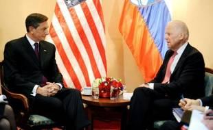 Le président Slovène Borut Pahor (g) s'entretient avec le vice-président américain Joe Biden, le 25 novembre 2015 à Zagreb, en Croatie