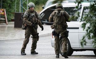 La police de Munich sur les lieux de la fusillade dans un centre commercial près du stade olympique, le 22 juillet 2016