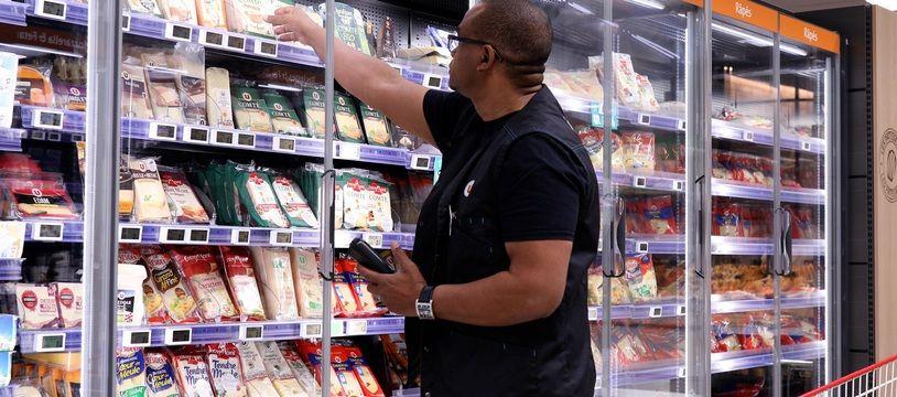 Un employé de supermarché opérant le tri des dates courtes.