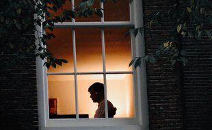 Un jeune seul chez lui.