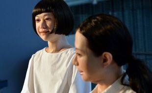 Les robots humanoïdes Kodomoroid (à g.) et Otonaroid sont présentés dans un musée de Tokyo le 24 juin 2014.