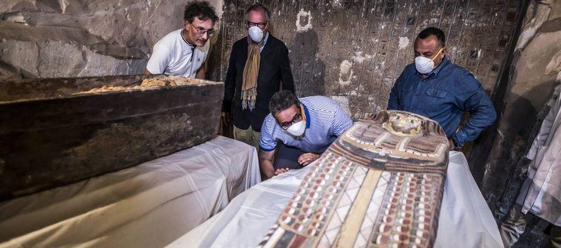 Ce samedi, ont été présentés un tombeau, des sarcophages et plusieurs objets funéraires de l'Egypte ancienne récemment découverts dans une nécropole de Louxor.