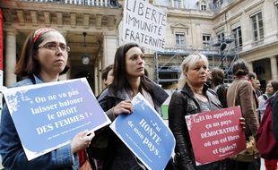 Manifestation le 5 mai 2012 contre la décision du Conseil constitutionnel d'abroger la loi sur le harcèlement sexuel.