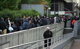 Des personnes font la queue, le 30 mai 2006 devant la préfecture de Bobigny, dans l'espoir d'être reçus au service des étrangers.